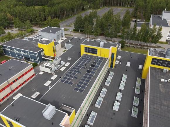 Oulun yliopiston kampuksen katot valjastettiin aurinkopaneelitutkimukseen ja energiansäästöön