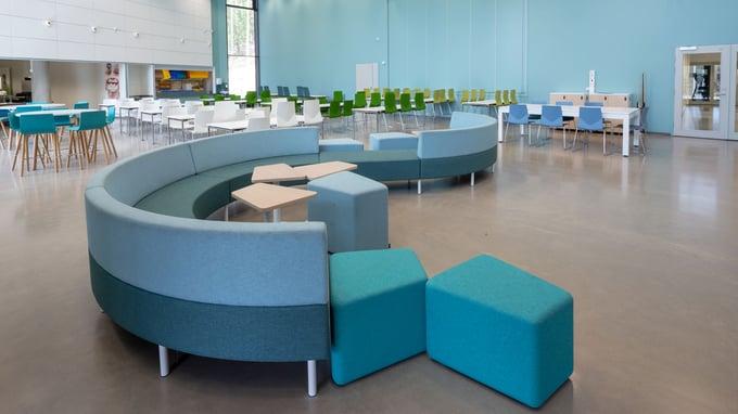 A-Insinöörien akustiikkasuunnittelijat toteuttivat Hollolan Kalliolan kouluun akustisesti toimivat tilat, jotka luovat viihtyisän oppimisympäristön.