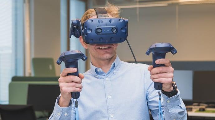 Teknologia kuten VR-lasit auttavat havainnollistamaan suunnittelmat käyttjille.
