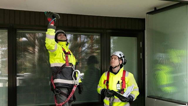 A-Insinöörien rakennusinsinööri Roope Repo ja vanhempi konsultti Timo Kyösti arvostavat työssäoppimista ja tiedon jakamista korjaussuunnitteluyksikössä, jossa pääsivät yhdessä tekemään julkisivun kuntotutkimusta.